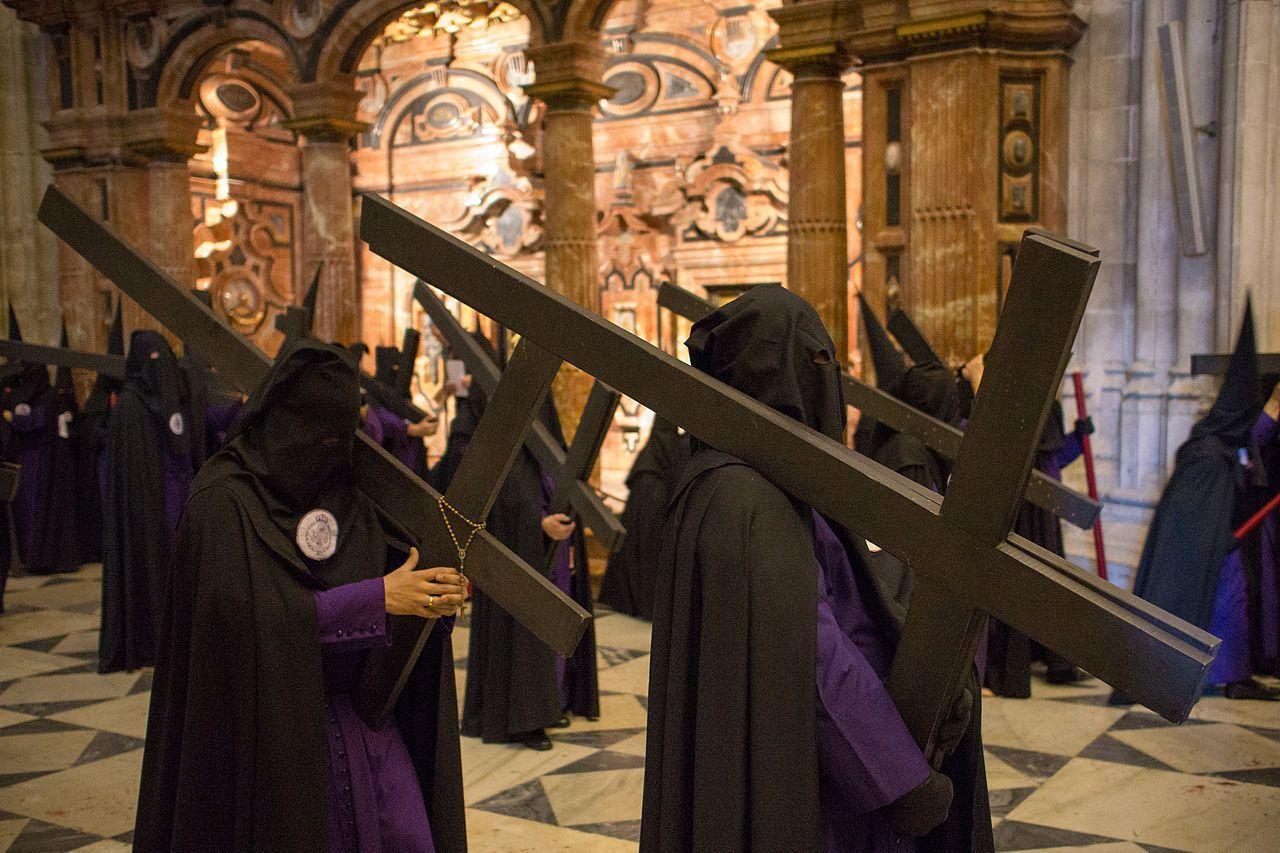 Penitentes cargando con su cruz