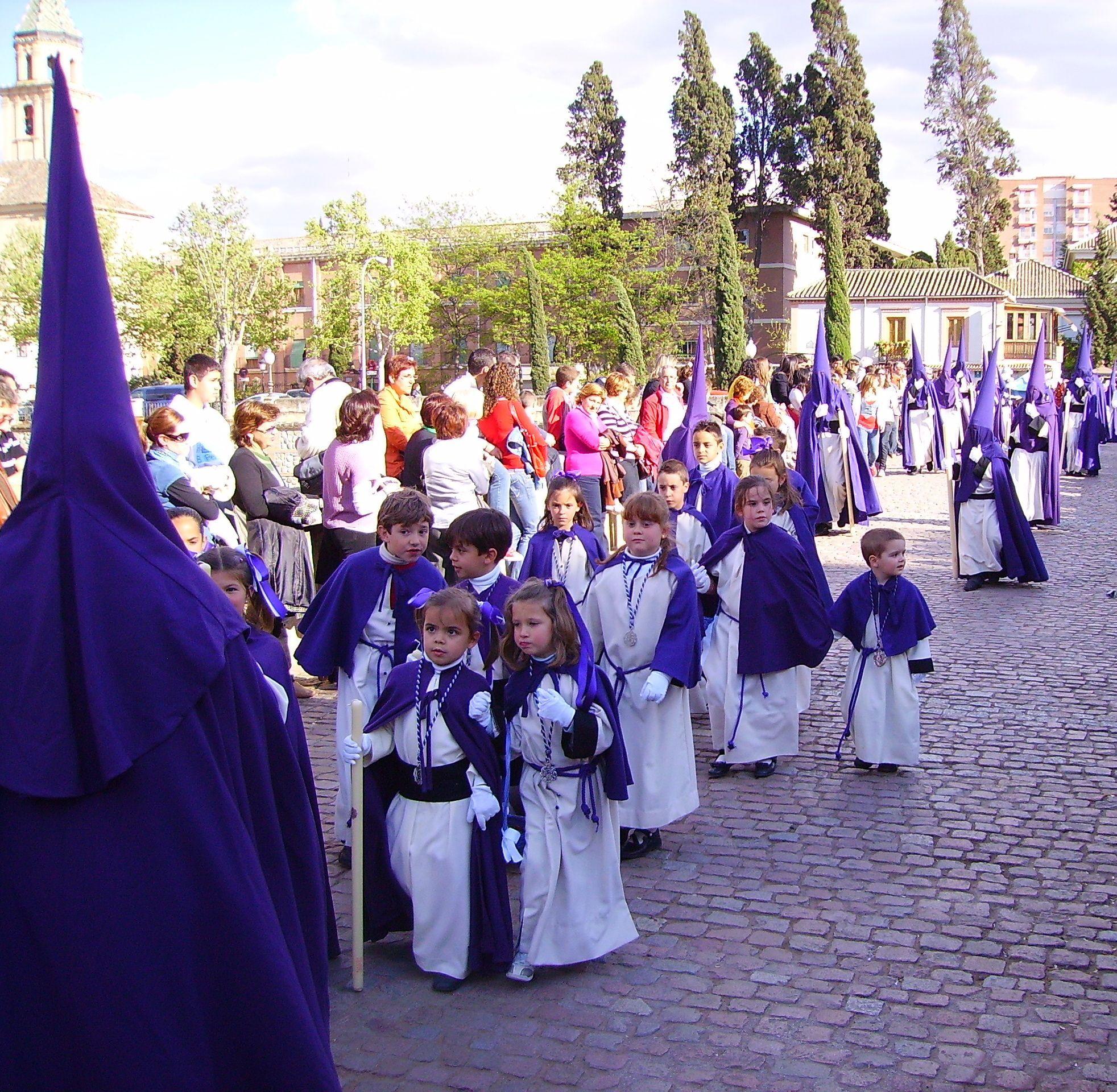Niños nazarenos en procesión