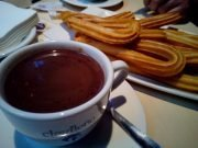 Taza de chocolate y plato de churros.