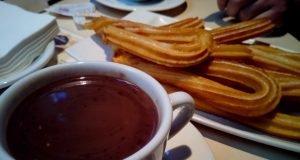 Taza de chocolate y plato de churros.