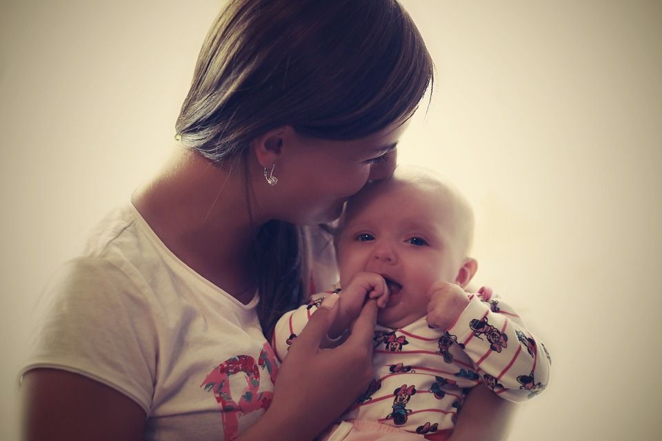 Una madre y su bebé.