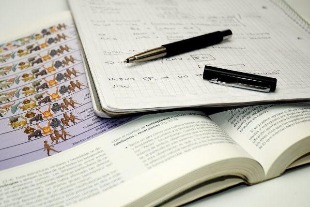 Libro y apuntes para estudiar.