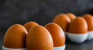Huevos marrones colocados.
