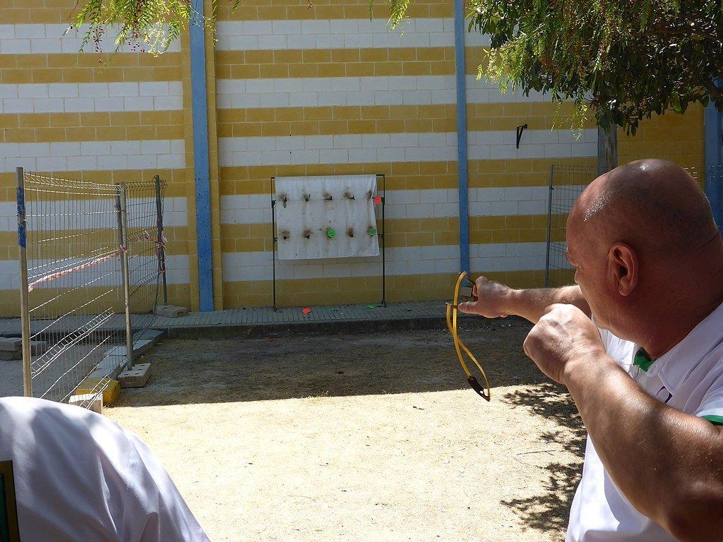 Un hombre dispara su tirachinas.
