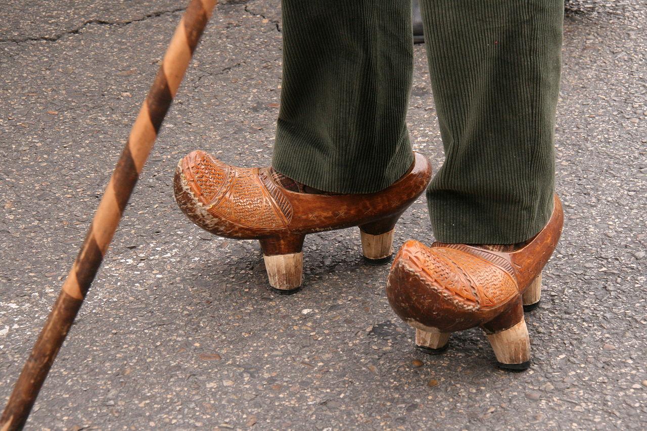 Un hombre calza unas albarcas.