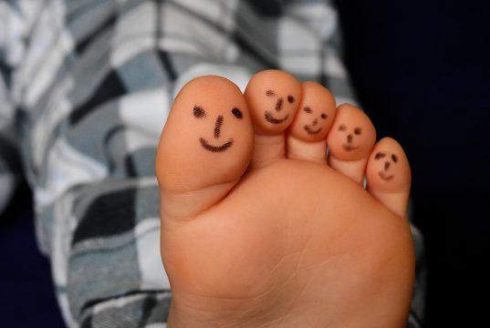 Un pie con sonrisas pintadas