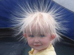 Niño con los pelos de punta