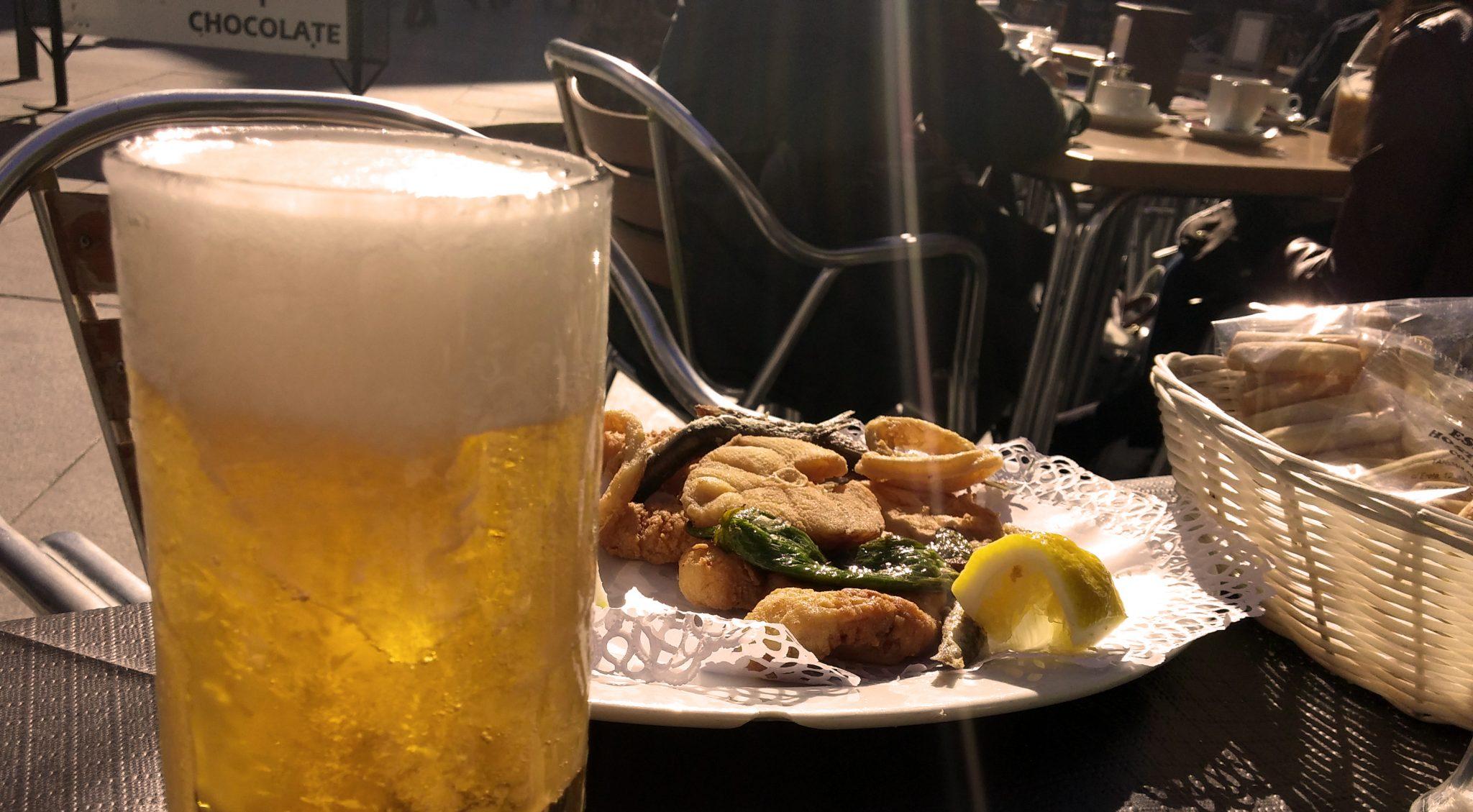 Caña y pescaíto frito en Cádiz.