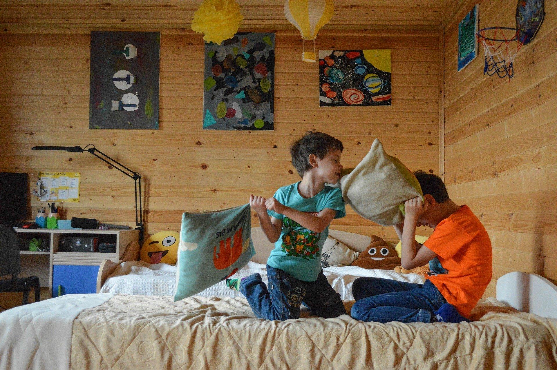 Dos niños en una pelea de almohadas.