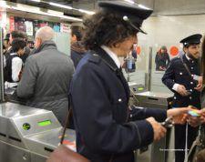 Un revisor pica los billetes a los viajeros