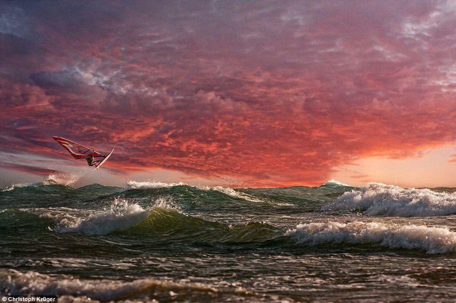 Mar picada y windsurfista