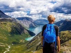 Un caminante observa un valle.