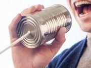 Hablar alto es habar con volumen fuerte.