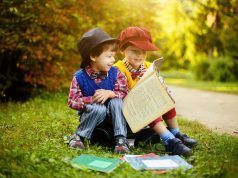 Dos niños leen juntos un libro