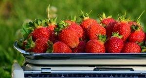 Fresas en una báscula.