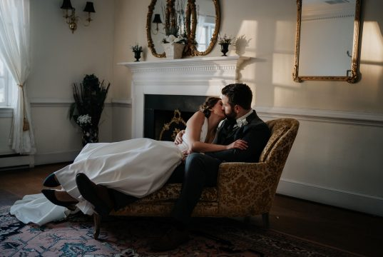 Pareja de novios besándose el día de su boda.
